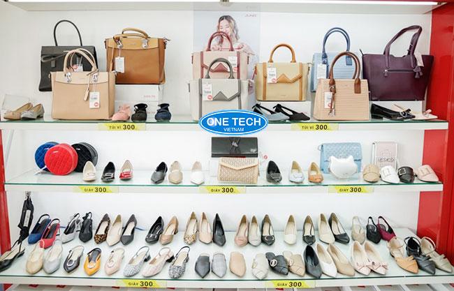Mẫu kệ kính trưng bày hàng giày dép, túi xách