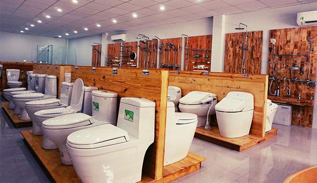 Kệ gỗ trưng bày thiết bị vệ sinh